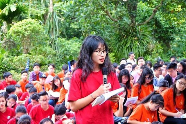 Giáo viên – học sinh trường THPT Đào Duy Từ, Hà Nội tham gia học tập trải nghiệm môn Văn tại nhà thờ cụ Nguyễn Khuyến