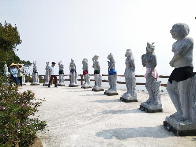 Bộ tượng 12 con giáp ở khu du lịch Hòn Dáu - Hải Phòng được mặc quần sau khi bị cộng đồng ném đá.