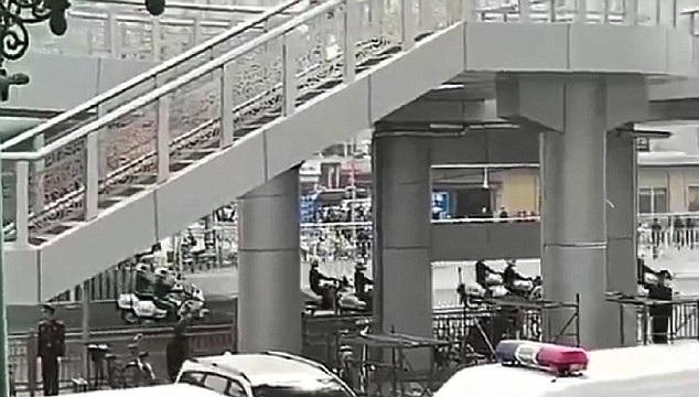 Đoàn xe cảnh sát xuất hiện gần khu vực ga tàu Bắc Kinh sau khi ga tàu tại đây bất ngờ thông báo tạm chuyển hướng các chuyến tàu sang ga khác. (Ảnh: Dailymail)