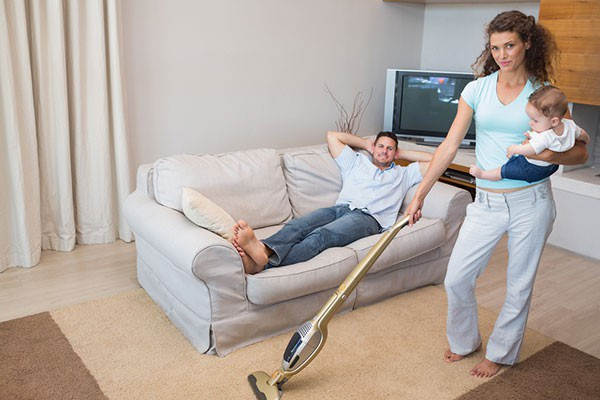 Sự chiều chuộng vô lối và những hi sinh thái quá của người vợ sẽ khiến cho người đàn ông trở nên ích kỉ, chỉ biết hưởng thụ và đòi hỏi. Ảnh minh họa