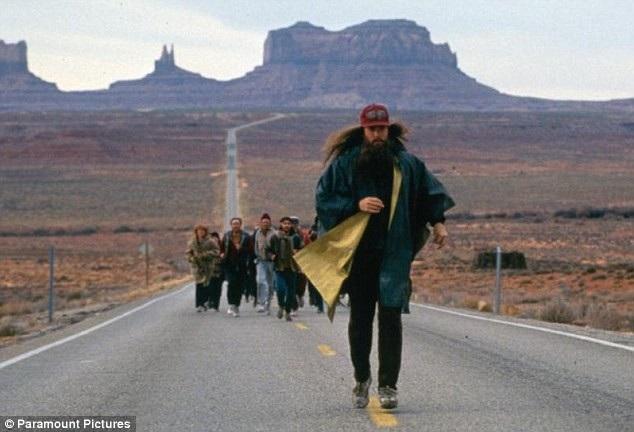 """Trong bộ phim điện ảnh nổi tiếng hồi năm 1994, nhân vật Forrest đã thực hiện cuộc chạy việt dã sau khi trái tim tan nát vì cô gái mà anh yêu - Jenny. Đối với Rob Pope, những lời cuối cùng mà mẹ anh nói trước khi qua đời đã khiến Rob thực hiện cuộc chạy này. Bà đã nói với anh rằng: """"Hãy làm điều gì trong đời tạo nên sự khác biệt""""."""