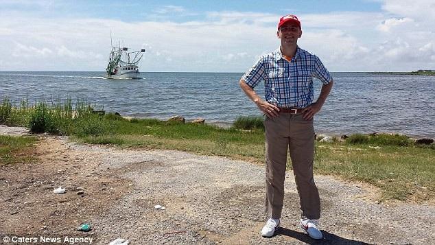 Rob có nhiều bộ trang phục lấy cảm hứng từ trang phục của nhân vật Forrest Gump. Bức ảnh được chụp khi Rob bắt đầu cuộc hành trình.