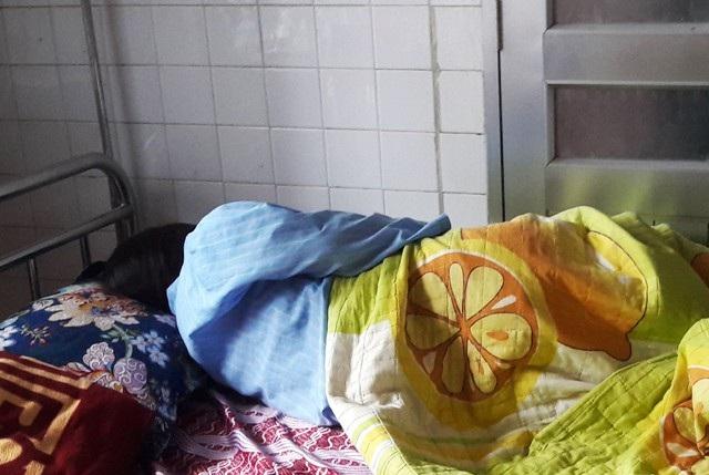 Sáng 22/3, sau khi bị phụ huynh đánh, bắt quỳ xin lỗi, giáo sinh P.T.H được đưa đến cơ sở y tế do có dấu hiệu đe dọa sảy thai