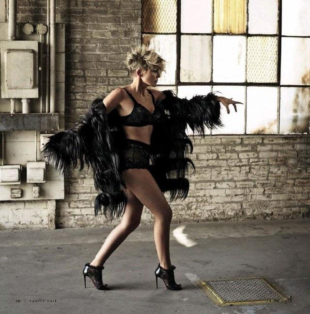 Có được vai diễn kinh điển từ năm 26 tuổi, Sharon Stone vẫn giữ nguyên phong thái trẻ trung, gợi cảm rất tự tin như thời còn ở đỉnh cao nhan sắc. Bà chia sẻ chính việc chăm chỉ luyện tập thể chất đã giúp cho bà có được sự trẻ trung ở tuổi 60.