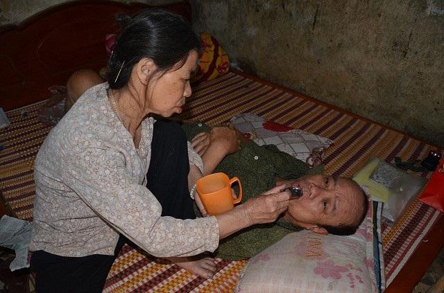 Trong khoảng thời gian ngắn người phụ nữ này nhận những nỗi đau liên tiếp, chồng tai biến nằm liệt giường, con trai đột ngột qua đời.