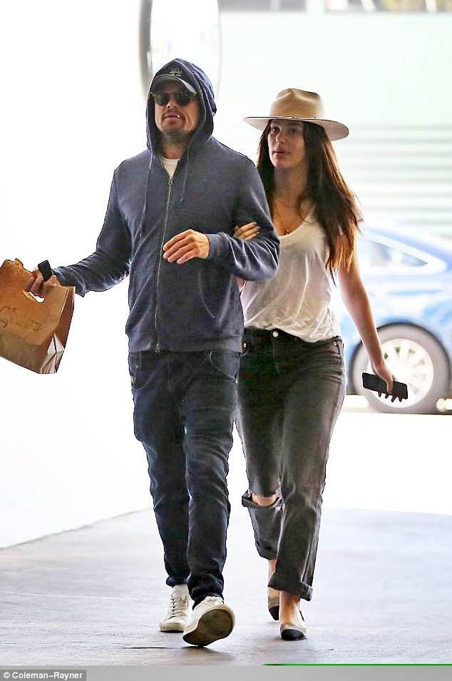Camila, 1 người mẫu không tên tuổi có bố dượng là nam diễn viên nổi tiếng Al Pacino, cô và Leo hẹn hò từ đầu năm nay - sau thời gian dài là bạn bè