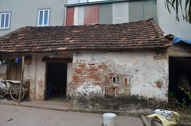 Ngôi nhà cấp 4 của gia đình ông Thính đã cũ nát, nó có thể đổ sụp bất cứ lúc nào