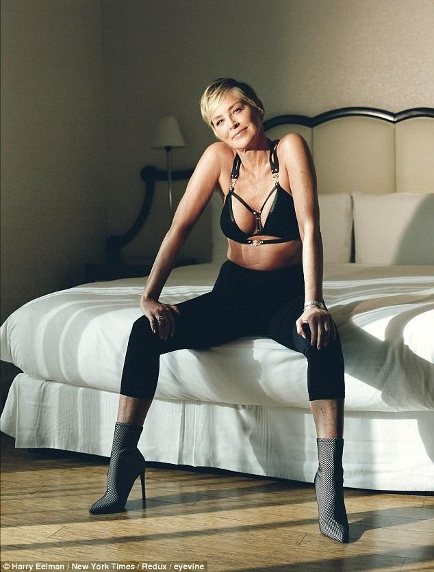Giờ đây, Sharon Stone vẫn đang tiếp tục hẹn hò và thường xuất hiện bên người tình trẻ kém 19 tuổi với sự tự tin và hạnh phúc rạng rỡ.