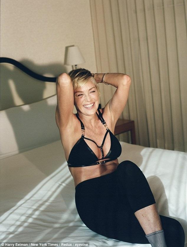 """Sharon Stone đại diện cho một thế hệ nữ nghệ sĩ có tuổi với phong cách sống mới ở Hollywood. Khi họ vẫn tiếp tục tìm kiếm cơ hội trong sự nghiệp, tiếp tục thể hiện phong cách sống tự tin """"đồng hành"""" cùng tuổi tác và không ngại phá vỡ những rào cản định kiến thường thấy."""