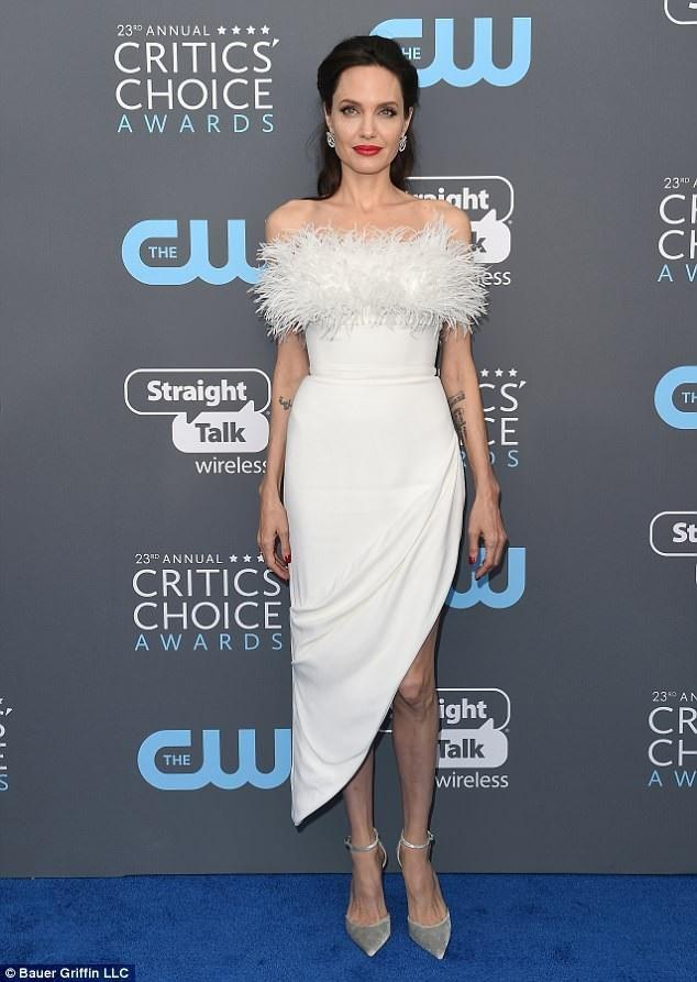 Bạn thân phủ nhận thông tin Angelina Jolie đang hò hẹn với một doanh nhân bất động sản điển trai.