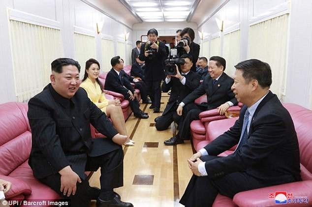 Ông Kim Jong-un tiếp quan chức Trung Quốc trên tàu. (Ảnh: UPI)