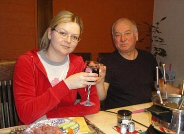 Điệp viên Sergei Skripal và con gái. (Nguồn: dailymail.co.uk)