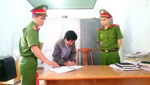 Ông Bê ký vào biên bản người bị bắt