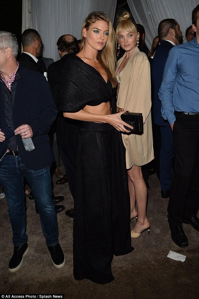 Người đẹp 28 tuổi khoe nhan sắc bên đồng nghiệp Martha Hunt (váy đen)