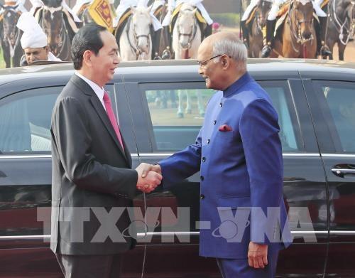 Chủ tịch nước Trần Đại Quang và Tổng thống Ấn Độ Ram Nath Kovind tại lễ đón (ảnh: TTXVN)