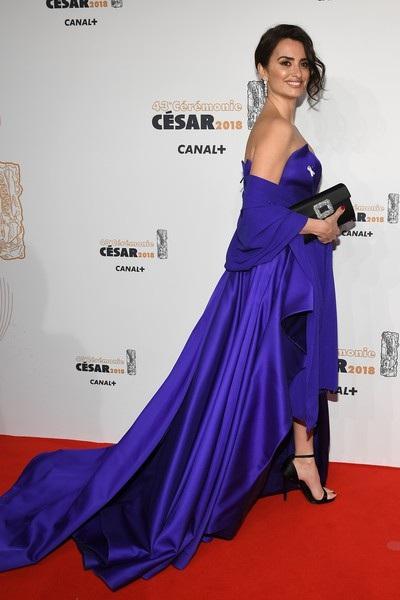 Nữ diễn viên người Tây Ban Nha kiêu sa trong bộ váy xanh khoe vai trần