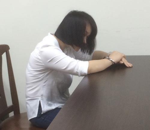 Bị cáo Huỳnh Thị Kim Phượng cúi mặt khóc tại tòa