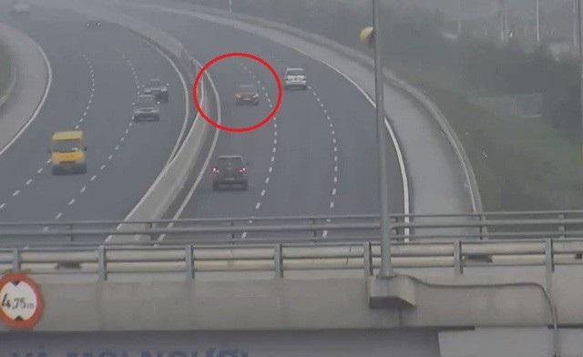 Hình ảnh xe ô tô do nữ tài xế điều khiển đi ngược chiều trên cao tốc Hà Nội - Hải Phòng. (Ảnh cắt từ clip)