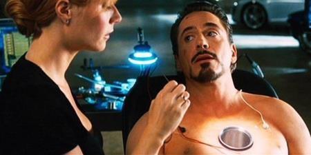 """""""Iron man"""" là một bộ phim ngập tràn kỹ xảo. Tuy nhiên, một trong những cảnh quay đáng nhớ nhất, khi nhân vật Pepper Pots chạm vào lò phản ứng trên ngực Người Sắt lại được thực hiện theo cách rất """"thủ công"""". Nhà sản xuất đã tạo ra một thân hình giả cho nhân vật và những gì nam tài tử Robert Downey Jr. cần làm là ngồi yên rồi vờ như Pepper Pots đang thực sự chạm vào ngực mình."""
