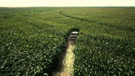 """Những khán giả theo dõi """"Interstellar"""" chắc hẳn đều rất ấn tượng với cánh đồng ngô xanh rì trên phim. Thực chất, đạo diễn Christopher Nolan đã trồng một cánh đồng ngô rộng tới 500 mẫu Anh và có tham khảo kinh nghiệm từ Zack Snyder, người cũng đã trồng ngô để làm bối cảnh cho bộ phim """"Man of steel"""". Tuy nhiên, Christopher Nolan còn phát triển ý tưởng này thêm nữa khi đem bán ngô để thu hồi dần kinh phí sản xuất sau khi bộ phim đã đóng máy."""