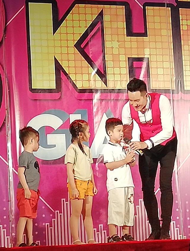 Nguyễn Phi Hùng hát cùng các em nhỏ bài Alibaba.