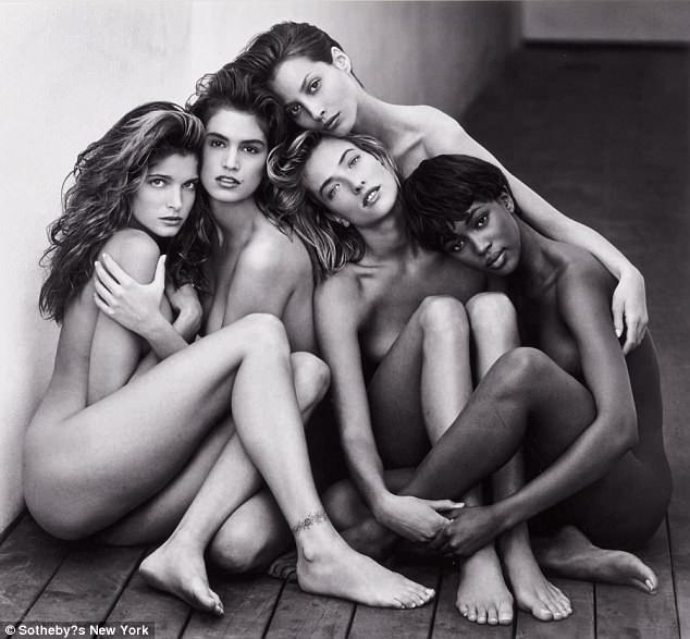 """Bức ảnh thực hiện bởi nhiếp ảnh gia người Mỹ Herb Ritts có tên """"Stephanie, Cindy, Christy, Tatjana, Naomi, Hollywood"""" được kỳ vọng đạt mức giá từ 50.000 USD - 70.000 USD (từ 1 - 1,5 tỷ đồng). Bức ảnh đen trắng chụp chân dung những siêu mẫu của thập niên 1980, gồm Stephanie Seymour, Cindy Crawford, Christy Turlington, Tatjana Patitz và Naomi Campbell."""