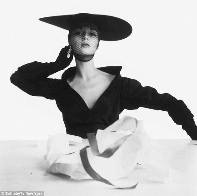 """Bức """"Ảnh bìa Giáng sinh của Vogue"""" thực hiện bởi Irving Penn hồi năm 1949 được kỳ vọng đạt mức giá từ 60.000 USD - 90.000 USD (từ 1,3 - 2 tỷ đồng)."""