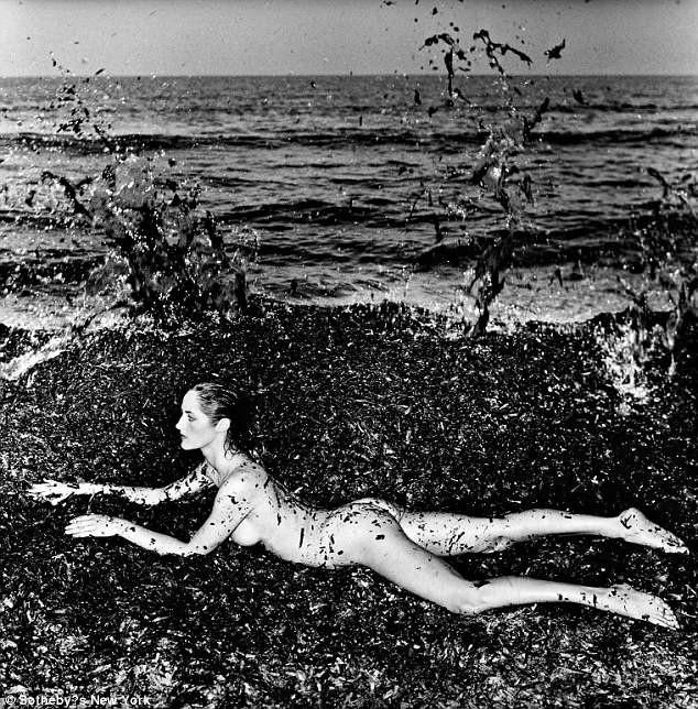 """Bức """"Khỏa thân trong rong biển, xã Saint Tropez (Pháp)"""" được chụp bởi Helmut Newton có giá ước tính 20.000 USD - 30.000 USD."""