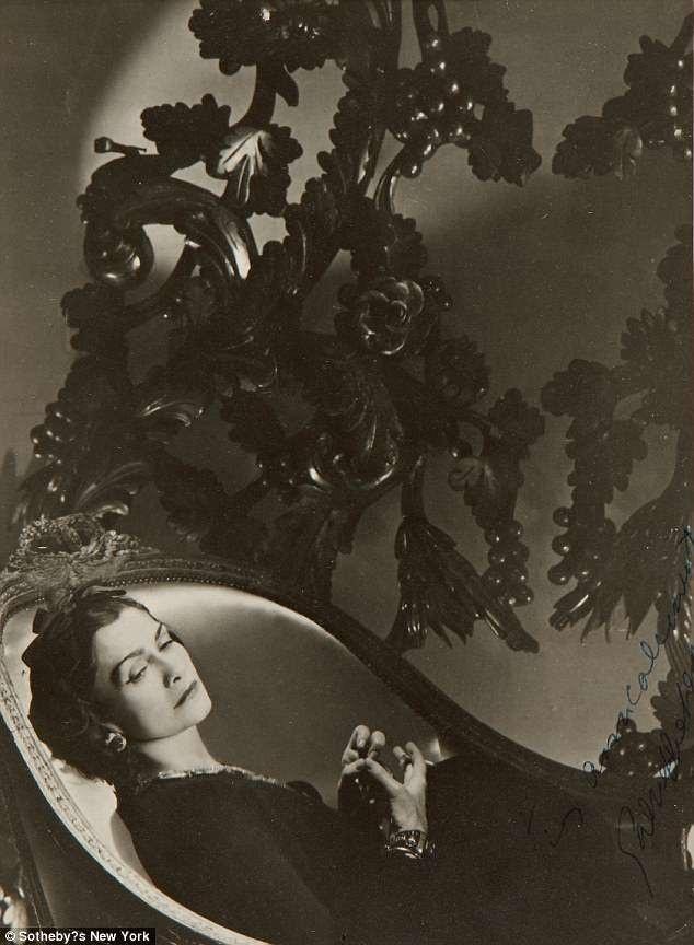 Bức ảnh của Horst P. Horst chụp nhà thiết kế thời trang Coco Chanel hồi năm 1937, thực hiện cho tờ tạp chí thời trang Vogue (Mỹ), được ước tính có giá 6.000 USD.