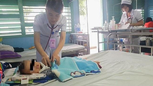 Trẻ 9 tháng tuổi thở rít sau hóc xương cá nhiều ngày - 1