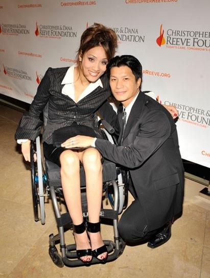 Mặc dù Angela Rockwood phải ngồi xe lăn nhưng Dustin vẫn cưới cô, hết lòng tận tụy chăm sóc cô, hành động này đã làm biết bao nhiêu người cảm động lẫn nể phục.