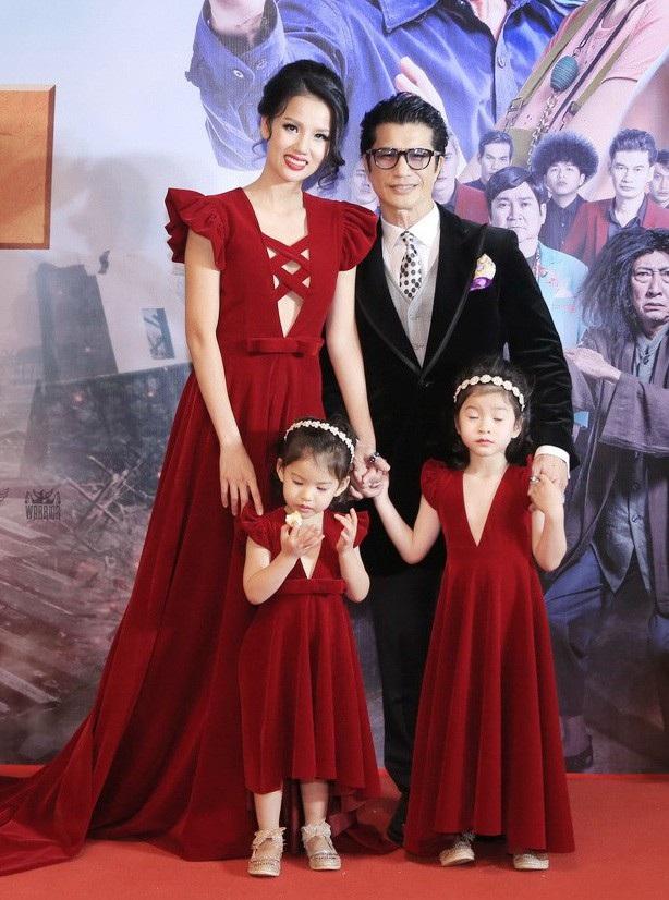 Chia tay Angela, Dustin tái hôn với người mẫu Bebe Phạm và có 2 cô con gái vô cùng đáng yêu.