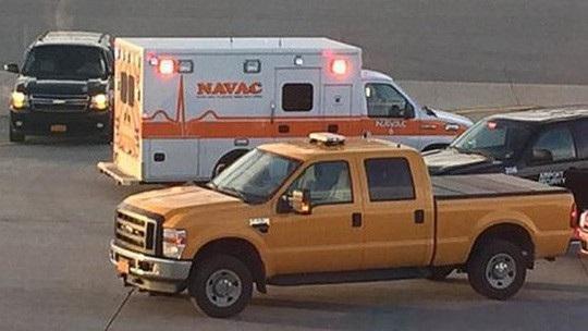 Xe cứu thương tiếp cận chiếc Airbus A320 khi nó hạ cánh tại TP Syracuse, bang New York - Mỹ ngày 5-10-2015. Ảnh CBS News