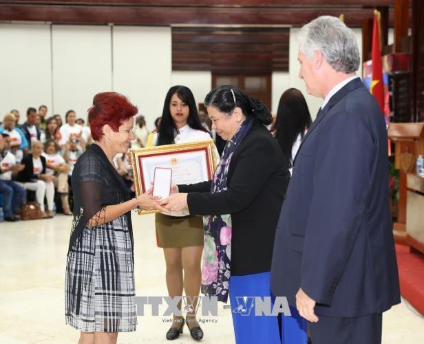 Phó Chủ tịch Thường trực Quốc hội Tòng Thị Phóng trao Huân chương Hữu nghị cho các quân nhân Cuba thực hiện nghĩa vụ quốc tế tại Việt Nam trong kháng chiến chống Mỹ. Ảnh : Trí Dũng – TTXVN.