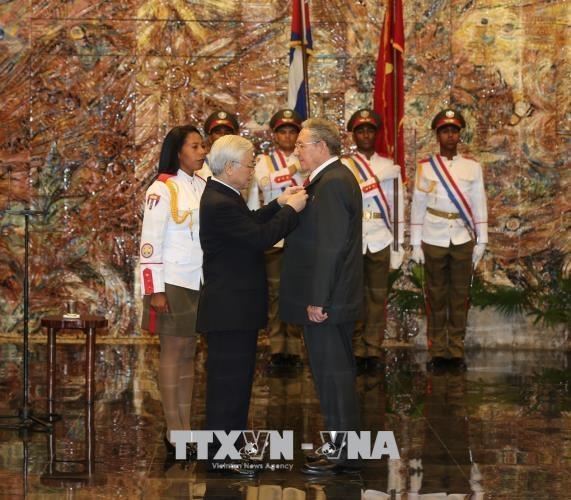 Tổng Bí thư Nguyễn Phú Trọng trao tặng Huân chương Sao Vàng cho Bí thư Thứ nhất Ban chấp hành Trung ương Đảng Cộng sản Cuba, Chủ tịch Hội đồng Nhà nước và Hội đồng Bộ trưởng Cộng hòa Cuba Raul Castro Ruz. Ảnh: Trí Dũng – TTXVN.