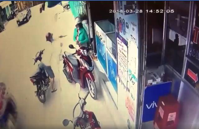 Tên cướp dùng dao uy hiếp một phụ nữ để cướp điện thoại
