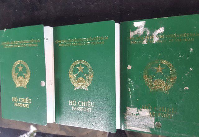 3 cuốn hộ chiếu mang tên Vương Thị Hoài Thu dán ảnh chân dung bà Trần Thị Bình
