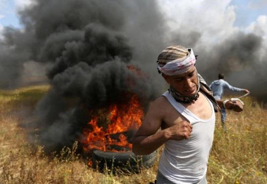 Một vụ đụng độ giữa người Palestine và binh sĩ Israel tại Gaza ngày 30/3(Ảnh: Reuters)