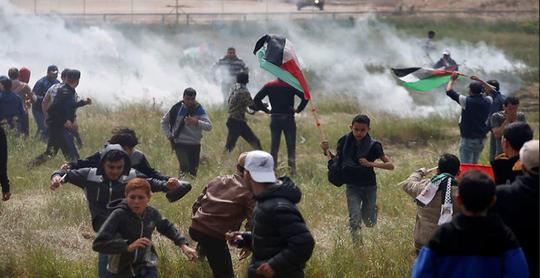 Người biểu tình bị xịt hơi cay. Ảnh: Reuters