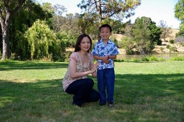 Nguyễn Thiên Nga và con trai.