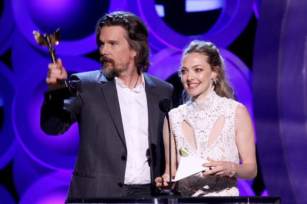 Amanda Seyfried xinh đẹp giới thiệu 1 giải thưởng trên sân khấu cùng đồng nghiệp Ethan Hawke