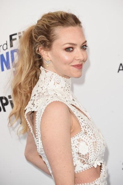 Ngôi sao điện ảnh 32 tuổi diện bộ váy ren trắng tinh tế và điệu đà