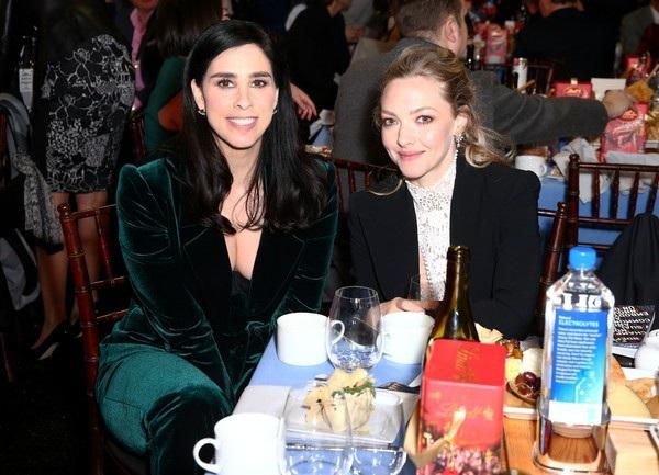 Amanda Seyfried ngồi cùng bàn tiệc với nữ diễn viên Sarah Silverman