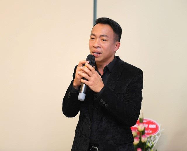 """NSƯT Việt Hoàn thú nhận """"có lúc mình là vợ còn Hoa là chồng"""". Vợ thì quát được con, còn anh thì không."""