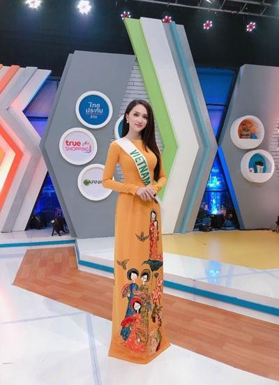 Hương Giang đẹp rực rỡ ghi hình cho đài truyền hình Thái Lan - 1