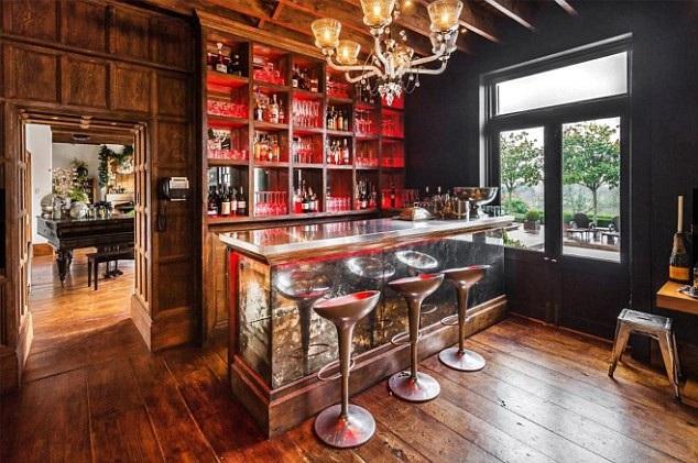 NTK 56 tuổi rất tự hào về ngôi nhà có bể bơi, hồ, rạp chiếu phim và quầy bar mang phong cách cổ điển của mình. Ngôi nhà được cho là đã xây dựng từ 200 năm trước
