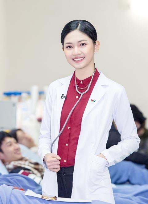 Thông tin Á hậu Thanh Tú đảm nhận là MC của Bản tin Y tế 24h khiến nhiều người hâm mộ bất ngờ. Tuy nhiên, có nhiều người nghi ngờ, sở dĩ người đẹp này được chọn dẫn kênh truyền hình này là nhờ có quan hệ.