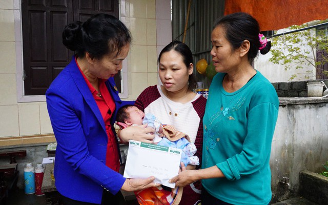 Bà Phan Thị Nguyên - Chủ tịch Hội Chữ thập đỏ Diễn Châu thay mặt độc giả báo Dân trí trao số tiền 106.050.000 đồng tới gia đình bé Trương Tẻ