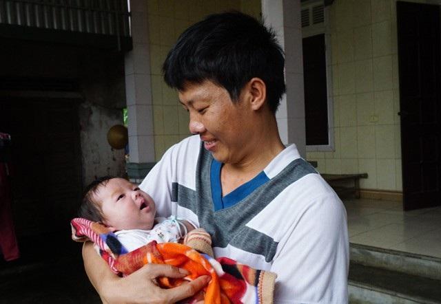 Mất người con trai yêu quý, vợ chồng anh Kiên suy sụp nhưng phải gượng dậy để chăm sóc cô con gái sinh non của mình