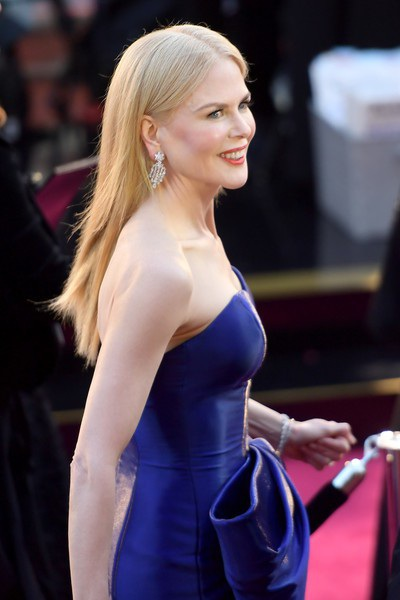 Nicole Kidman khoe da trắng mịn